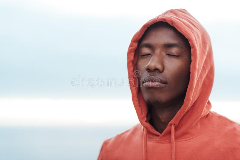 Jonge Afrikaanse mens die geconcentreerd alvorens voor een looppas te gaan worden stock afbeeldingen