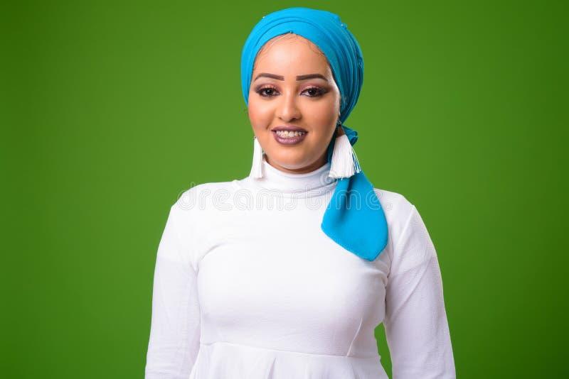 Jonge Afrikaanse Moslimvrouw tegen chromasleutel met groene achtergrond royalty-vrije stock fotografie