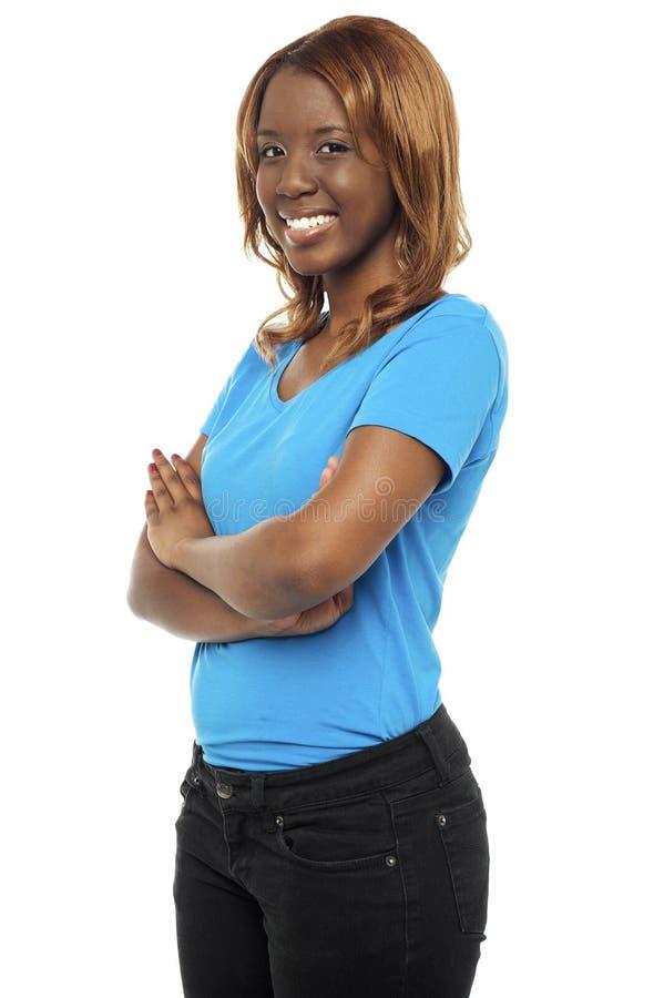 Jonge Afrikaanse schoonheid die in stijl afbeeldt stock foto