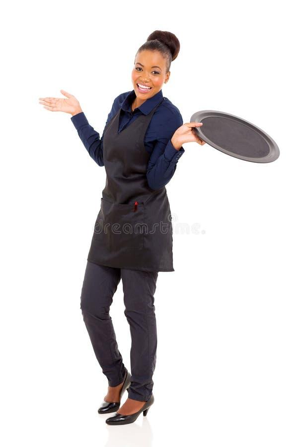 Jonge Afrikaanse serveerster stock foto