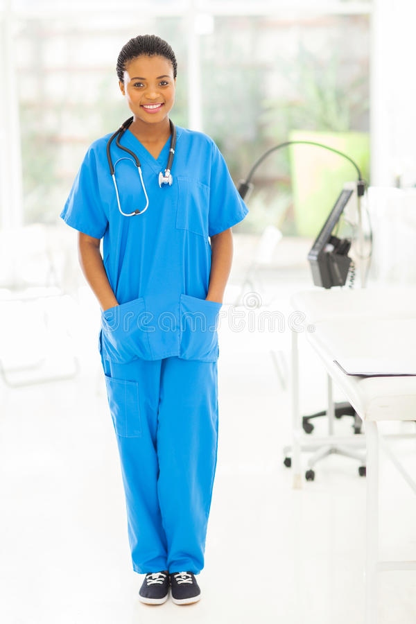 Jonge Afrikaanse verpleegster stock foto's