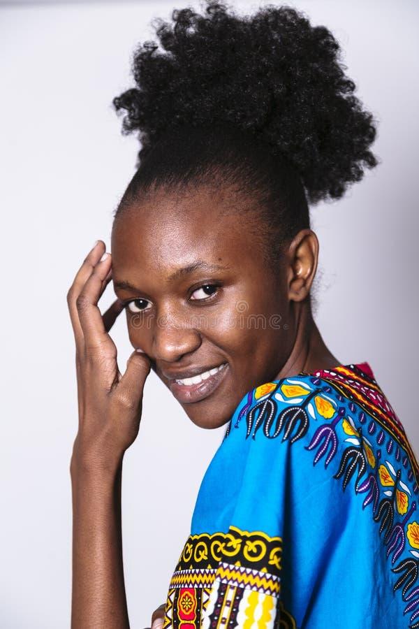 Jonge Afrikaanse vrouw in blauwe kleding met patroon royalty-vrije stock foto