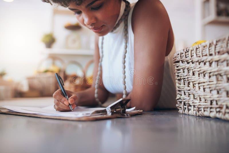 Jonge Afrikaanse vrouw die in een sapbar werken royalty-vrije stock afbeeldingen