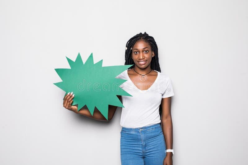 Jonge Afrikaanse vrouw die in lege die toespraakbel gillen op zwarte achtergrond wordt geïsoleerd royalty-vrije stock afbeelding