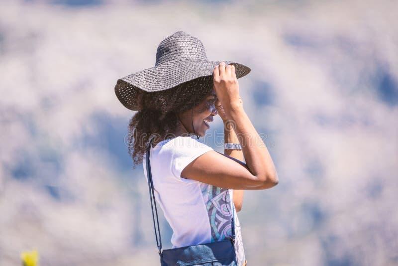 Jonge Afrikaanse vrouw in hoed het stellen voor een foto royalty-vrije stock foto