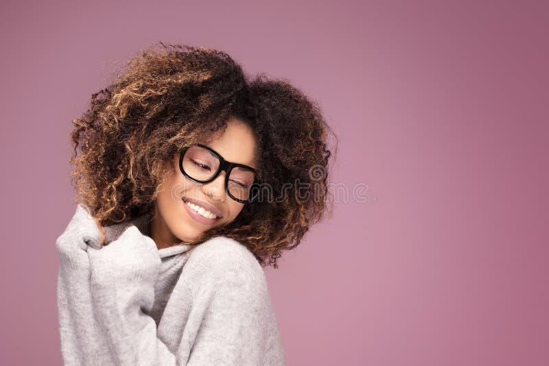 Jonge afrovrouw die oogglazen, het glimlachen dragen royalty-vrije stock afbeeldingen