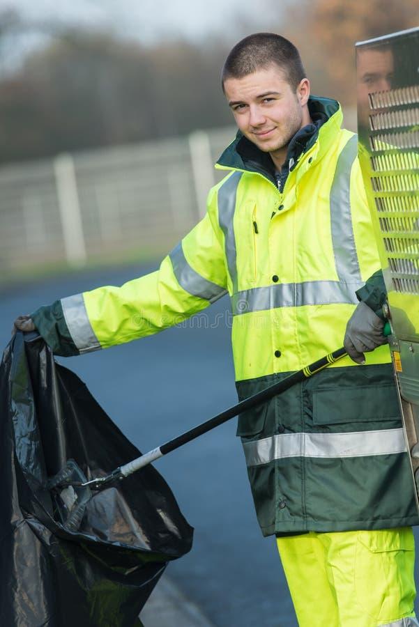 Jonge afvalcollector op het werk royalty-vrije stock afbeelding