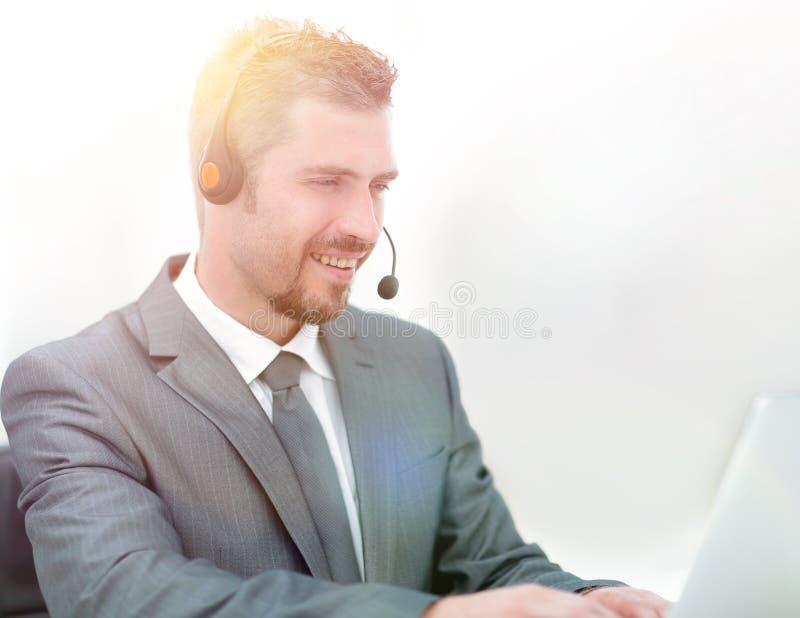 Jonge agent van het call centre met de hoofdtelefoons stock afbeelding