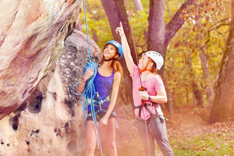 Jonge alpinist die richtingen op bosgebied tonen stock foto's