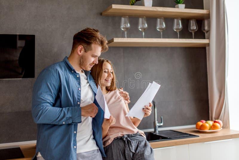Jonge ambitieuze actrees die de woorden van haar rol met haar vriend in de keuken leren royalty-vrije stock afbeeldingen