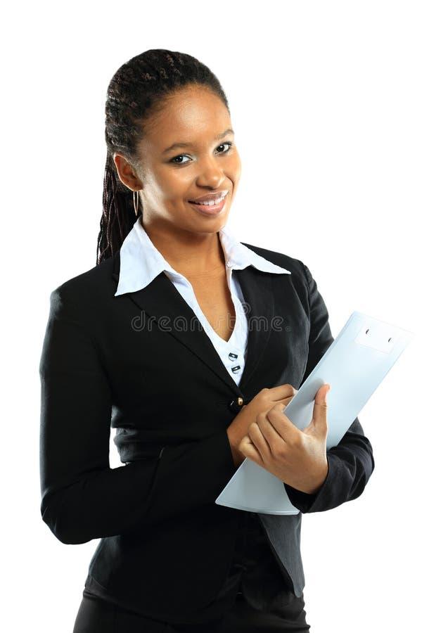 jonge Amerikaanse Afrikaanse bedrijfsvrouw met klembord royalty-vrije stock fotografie
