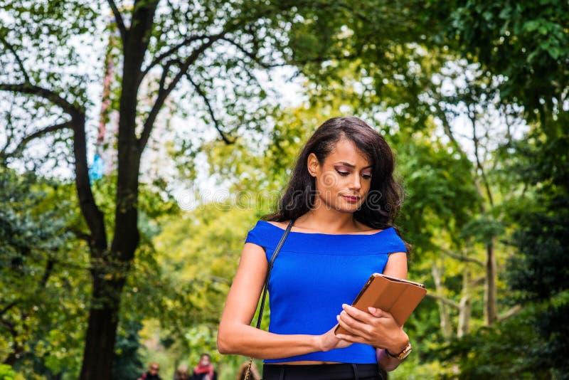 Jonge Amerikaanse Vrouw die bij Central Park, New York reizen stock afbeelding