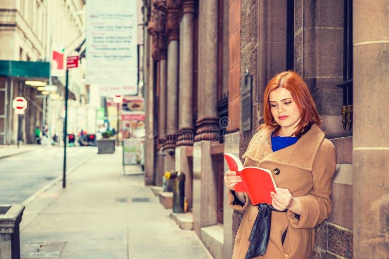 Jonge Amerikaanse Vrouw die rood boek openlucht in New York lezen royalty-vrije stock foto