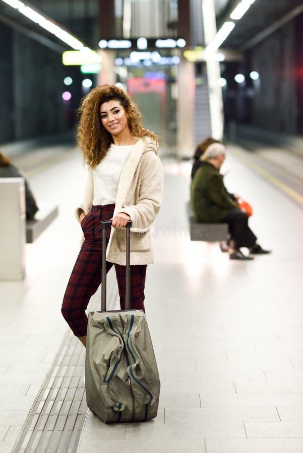 Jonge Arabische vrouw die haar trein in een metropost wachten stock fotografie