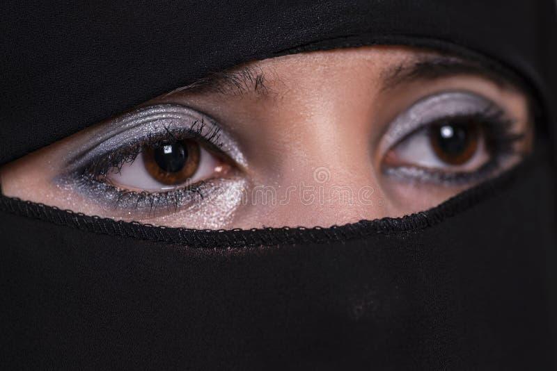 Jonge Arabische vrouw in hijab Arabisch meisjesclose-up Ogen van het Arabische meisje royalty-vrije stock afbeelding