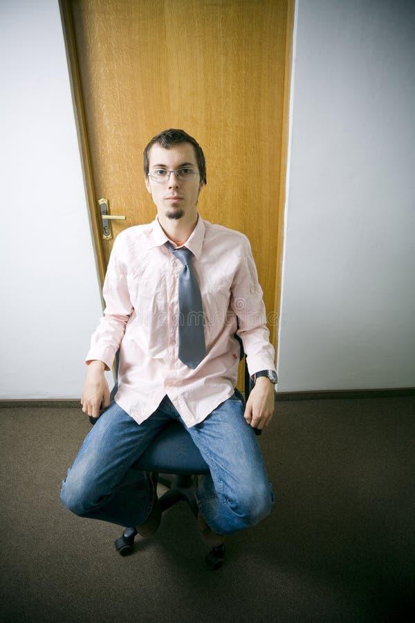 Jonge arbeider in bureau stock foto's