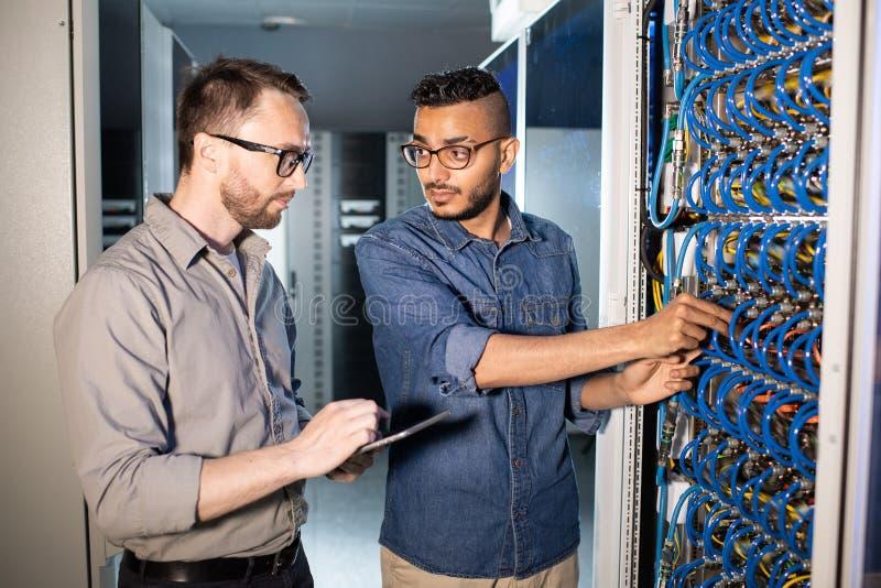 Jonge IT arbeiders die server herstellen stock foto's