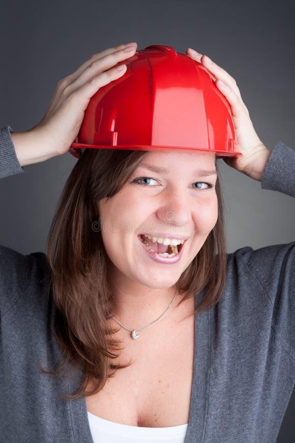 Jonge architect die rode bouwvakker draagt royalty-vrije stock afbeelding