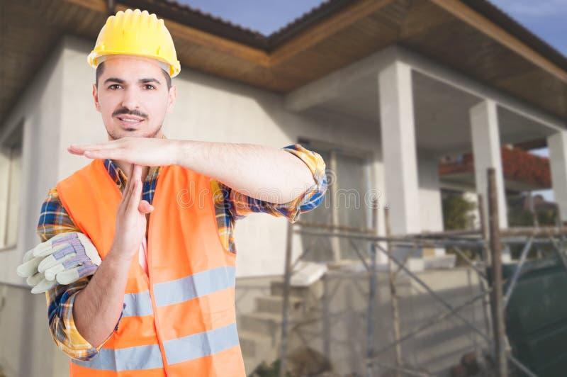Jonge architect die zich buiten op bouwterrein bevinden royalty-vrije stock foto