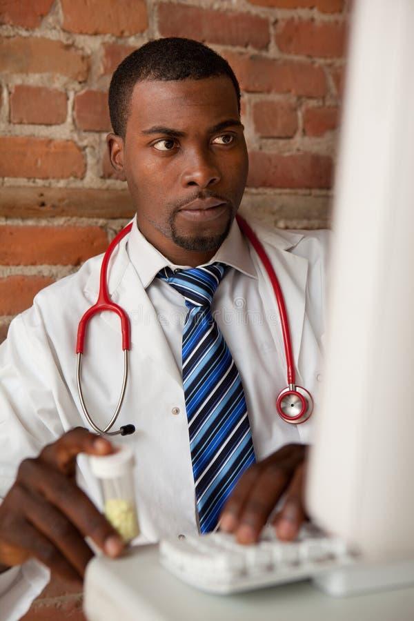 Jonge arts die medicijn voorschrijft royalty-vrije stock afbeelding