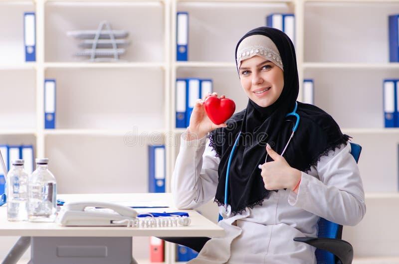 Jonge arts in hijab die in de kliniek werken stock fotografie