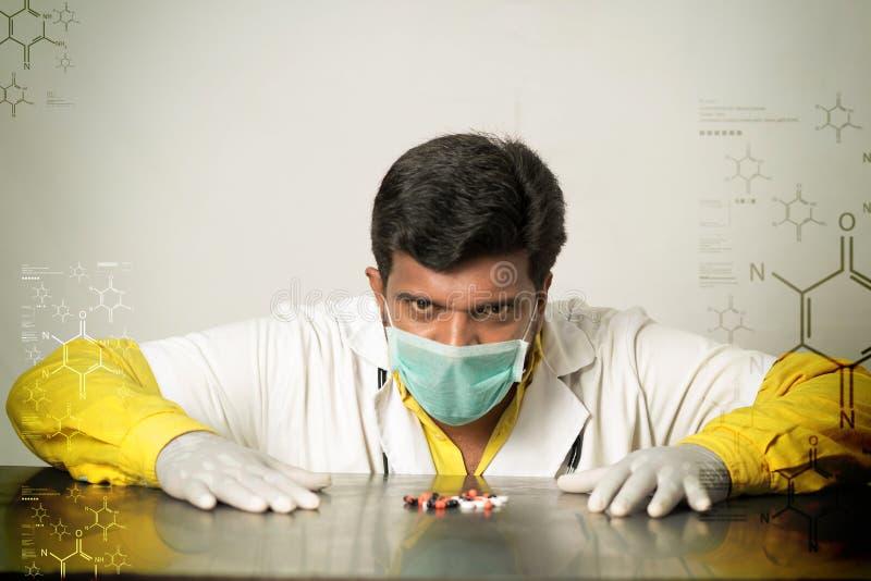 Jonge arts met capsules royalty-vrije stock afbeeldingen