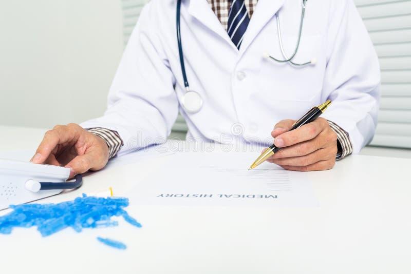 Jonge arts met de monitor van de bloedglucose stock foto's