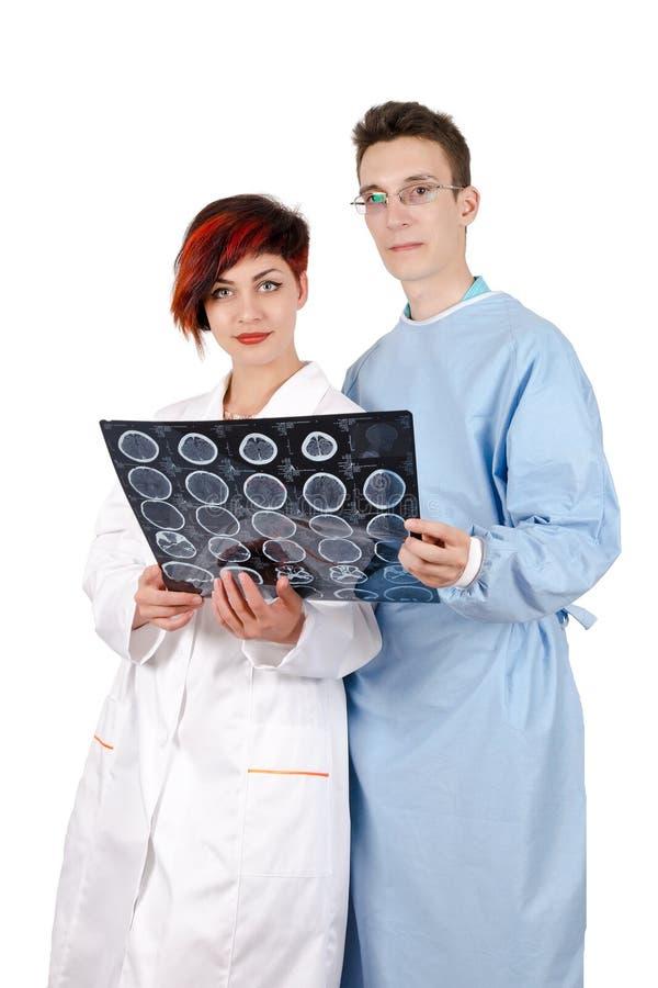 Jonge arts twee die tomografieresultaat bekijken stock afbeelding