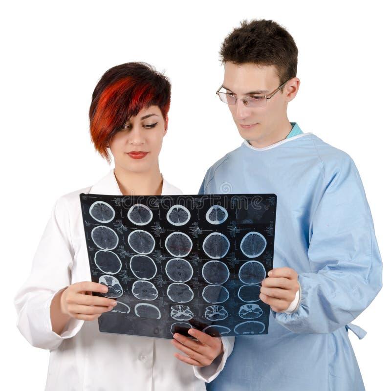 Jonge arts twee die tomografieresultaat bekijken royalty-vrije stock foto