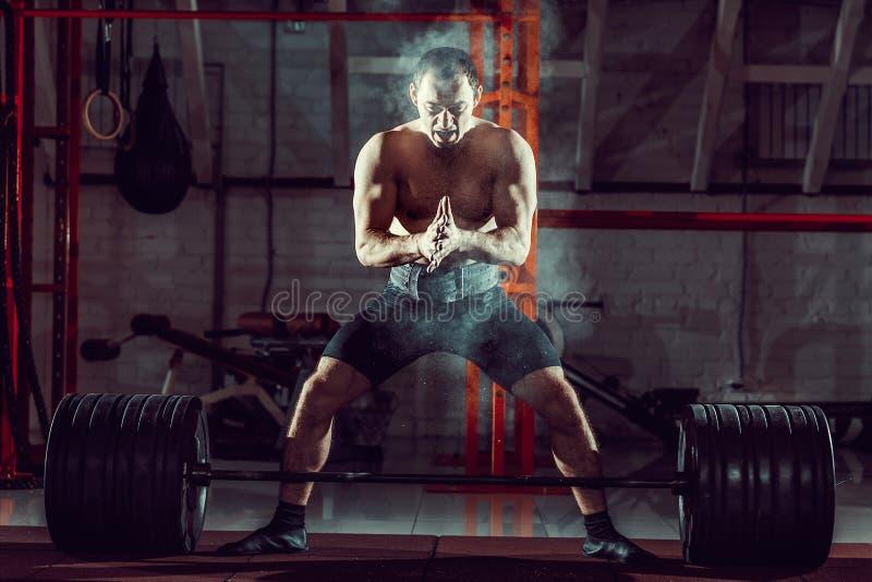 Download Jonge Atleet Het Praktizeren Crossfit Opleiding Stock Afbeelding - Afbeelding bestaande uit uitputting, kruis: 107704517