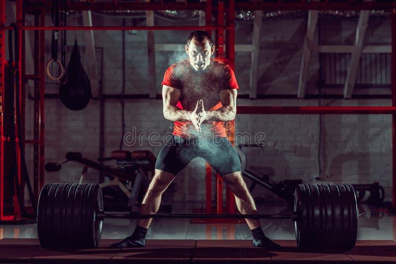 Download Jonge Atleet Het Praktizeren Crossfit Opleiding Stock Foto - Afbeelding bestaande uit volwassen, oefening: 107704560