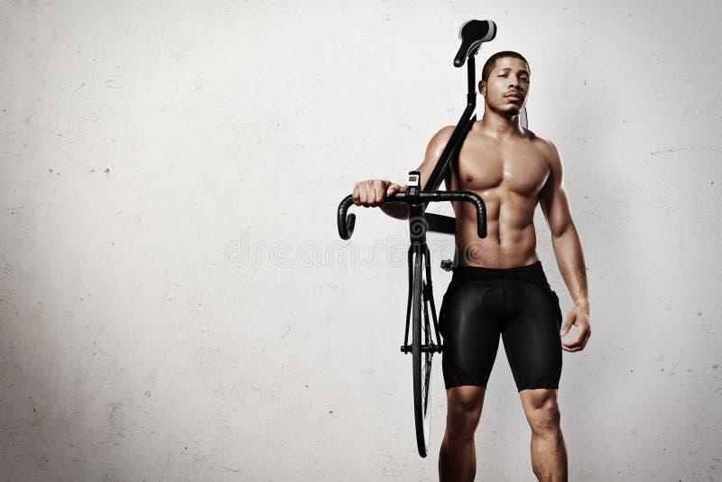 Jonge atleet met fiets stock afbeeldingen