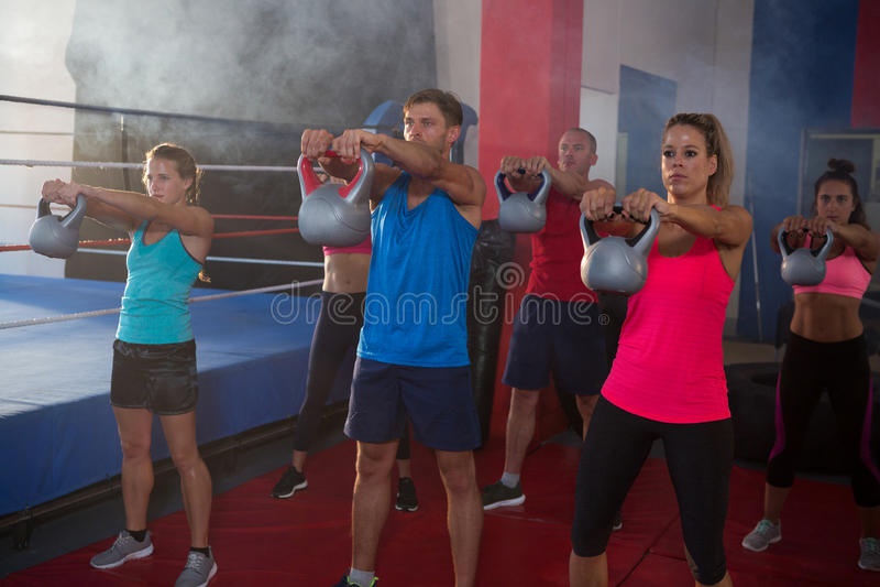 Jonge atleten die met ketels door boksring uitoefenen royalty-vrije stock afbeelding