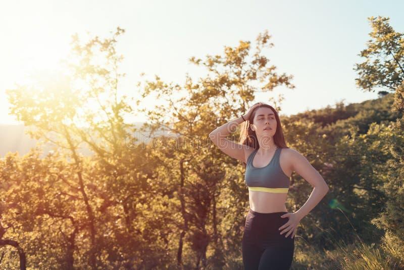 Jonge atletische vrouw die de afstand onderzoeken Bos op de achtergrond Sporten, fitness en gezond levensstijl het volgen concept stock foto's