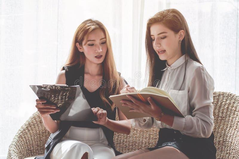Jonge Aziaat vrouwen de Bedrijfsmensen die te bespreken punt ontmoeten, plannen Handel van economische schoonheidsmiddelen stock afbeeldingen