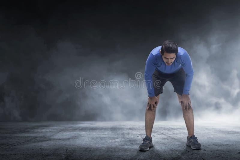 Jonge Aziatische agentmens die rust van jogging nemen royalty-vrije stock fotografie
