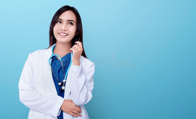 Jonge Aziatische artsenvrouw in witte laag en stethoscoop royalty-vrije stock afbeeldingen