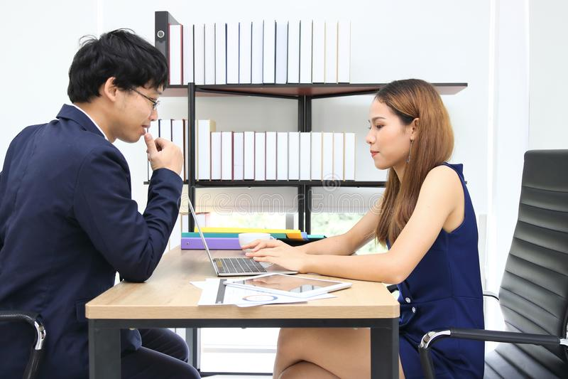 Jonge Aziatische bedrijfsmensen die in bureau samenwerken royalty-vrije stock afbeeldingen