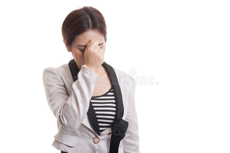 Jonge Aziatische bedrijfsvrouw gekregen ziek en hoofdpijn stock afbeeldingen