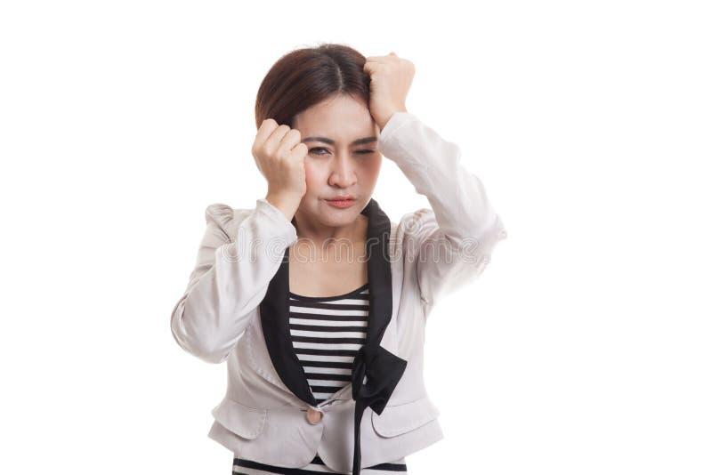 Jonge Aziatische bedrijfsvrouw gekregen ziek en hoofdpijn royalty-vrije stock afbeelding