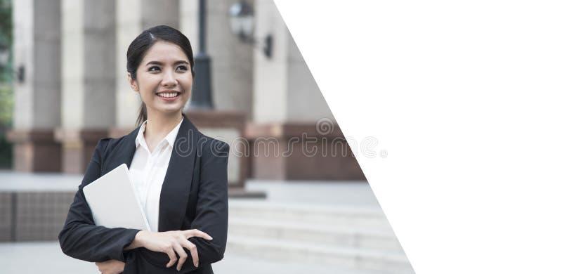 Jonge Aziatische knappe onderneemster zoekend iets stock fotografie