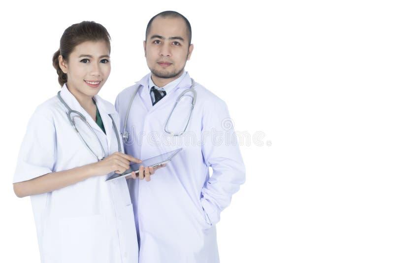 Jonge Aziatische mannelijke en vrouwelijke artsen royalty-vrije stock fotografie
