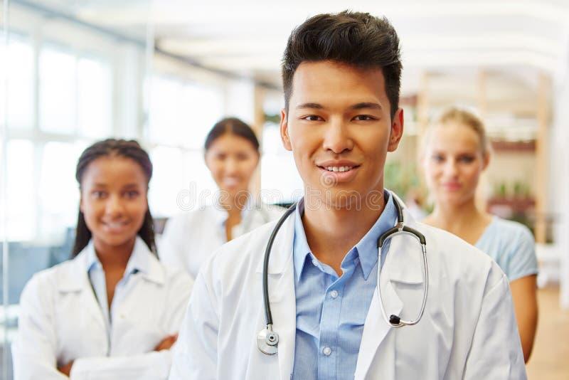 Jonge Aziatische mens als artsenmedewerker royalty-vrije stock foto
