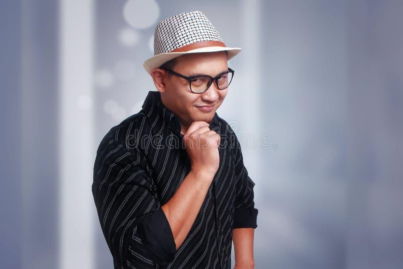 Jonge Aziatische Mens die Havana Hat Smiling Touching Chin dragen royalty-vrije stock foto's
