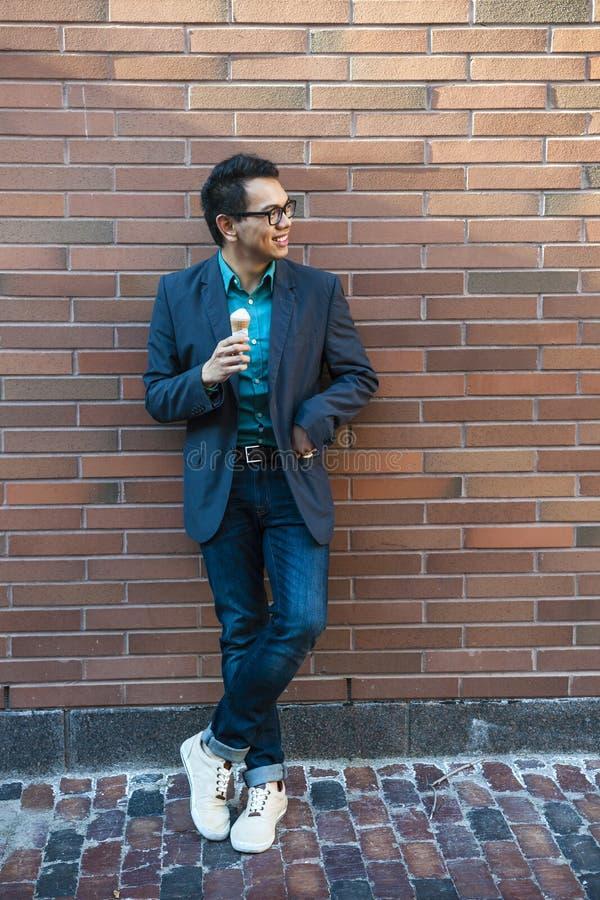 Jonge Aziatische mens met roomijs stock afbeelding