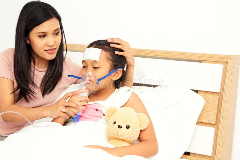 Jonge Aziatische moederzieke kinderverzorging royalty-vrije stock foto's