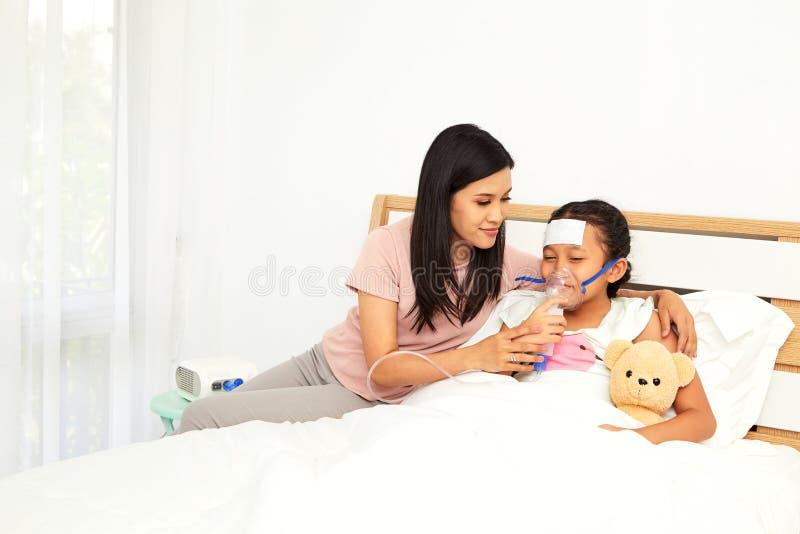 Jonge Aziatische moederzieke kinderverzorging stock foto's