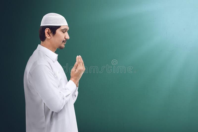Jonge Aziatische moslimmens die aan god bidden royalty-vrije stock foto's