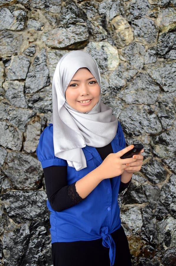 Jonge Aziatische moslimvrouw in hoofdsjaal royalty-vrije stock foto