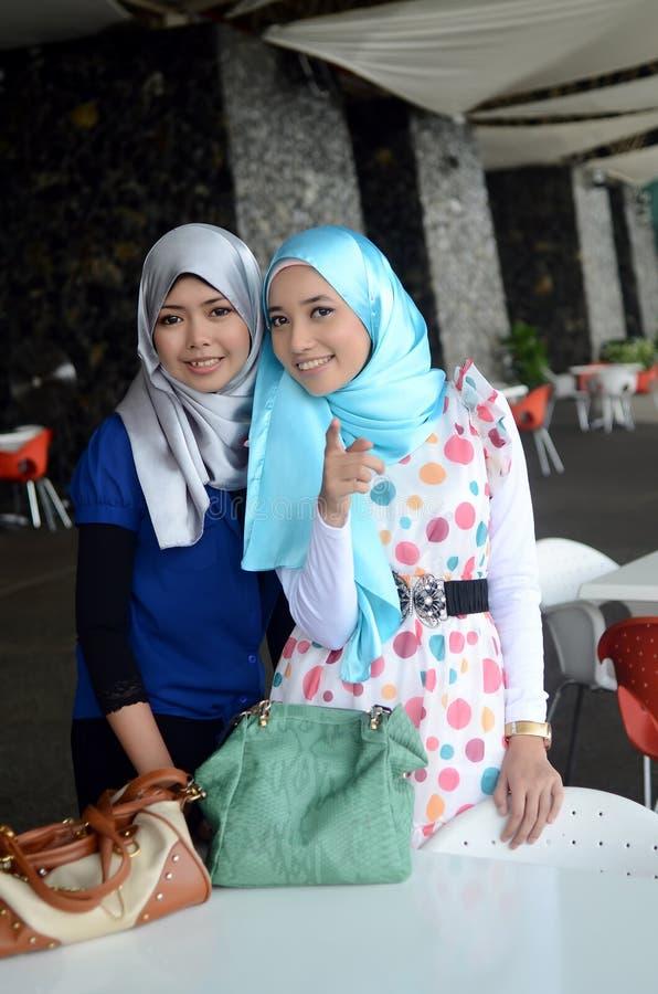 Jonge Aziatische moslimvrouw in hoofdsjaal stock fotografie